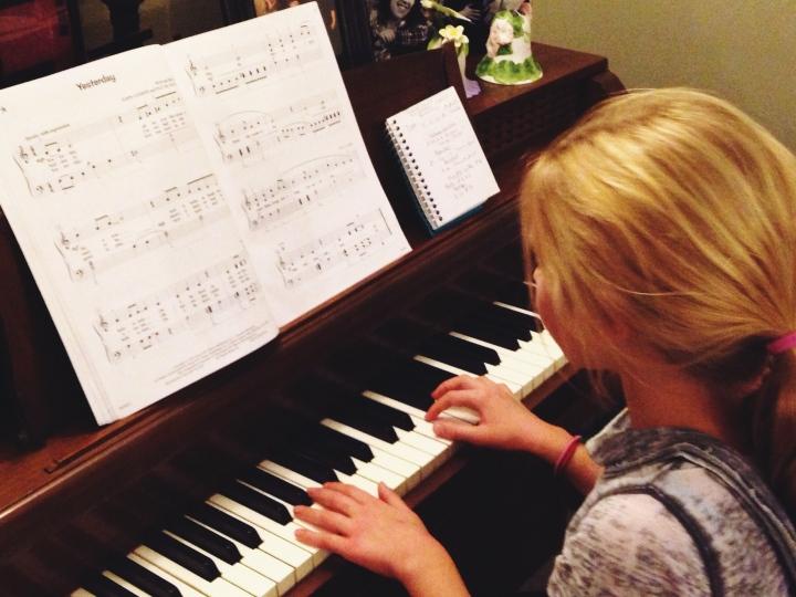 girl-playing-piano
